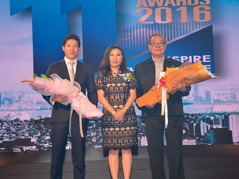 คุณพิมพ์นารา จิรานิธิศนนท์ มอบช่อดอกไม้แสดงความยินดีต่อ 2 โรงพิมพ์ไทยที่ประเดิมรับรางวลั PM Award 2016
